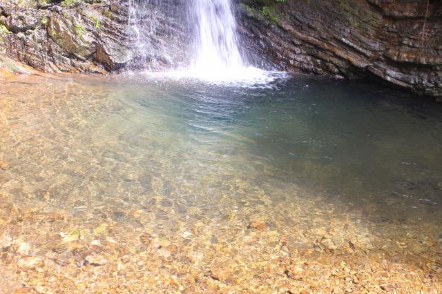滝壺で川遊び